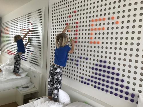 Zabavno zasnovana stena v sobah hotela Amarin
