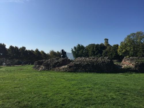 Ruševine in  različne skulpture