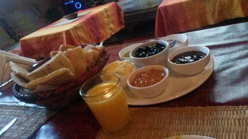 Maroški zajtrk je nabadno sestavljen iz marmelade, medu, svežega pomarančnega soka in posebnih palačink