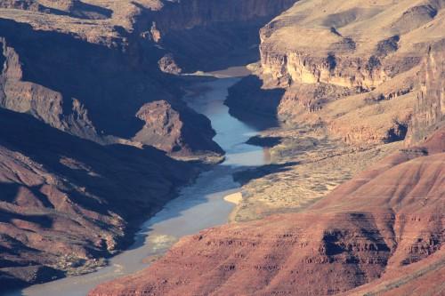Čudovit pogled na reko, ki reče skozi kanjon parka (družinsko po narodnih parkih ZDA)