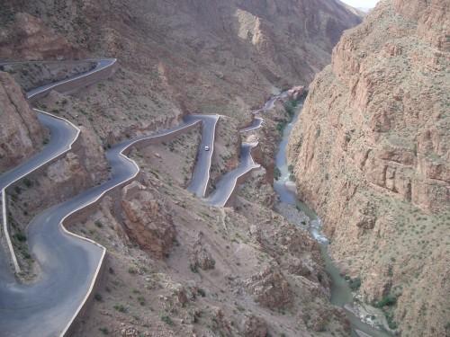 Znameniti ovinki v dolini reke Dades (z otrokom po Maroku)