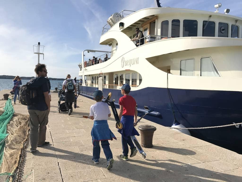 Na ladijco smo vzeli voziček in skiroje (NP Brijoni)