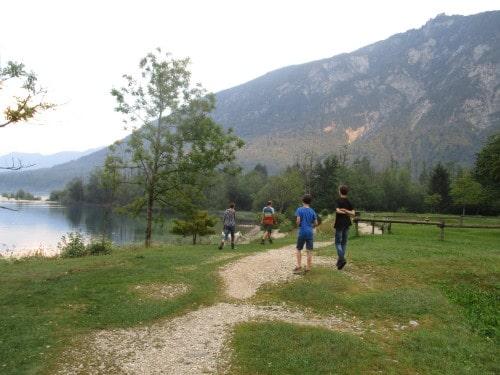 Del Zlatorogove poti je speljano ob nabrezju Bohinjskega jezera, Zlatorogova pravljična pot