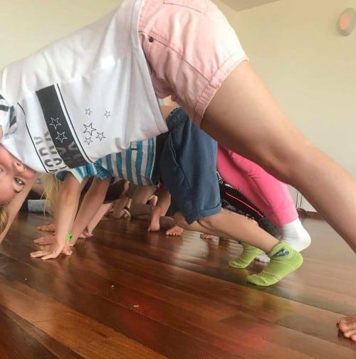 Otroci uživajo na otroški jogi foto: Martina Razinger)
