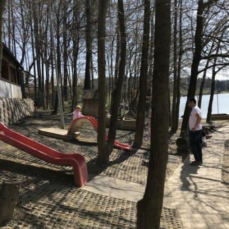 Ograjeno otroško igrišče ob čolnarni Muzelj, Šmartinsko jezero pri Celju