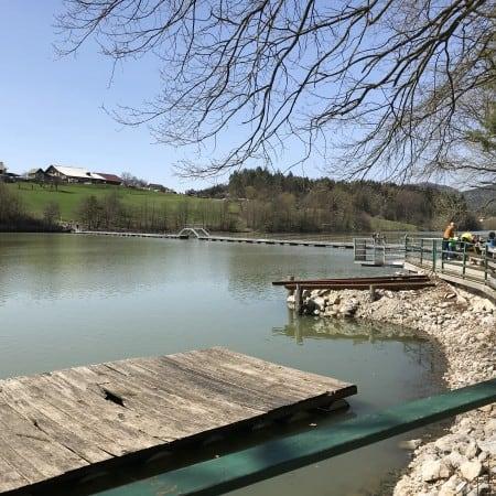 Pomol ob čolnarni Muzelj, od koder se vidi tudi most čez enega od rokavov Šmartinskega jezera pri Celju