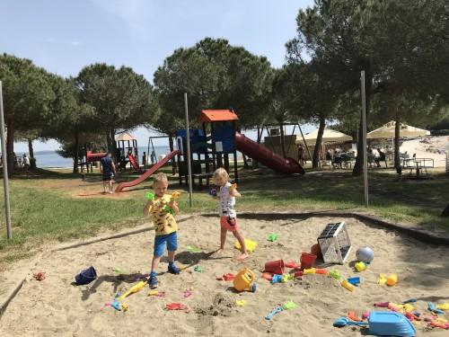 Peskovnik in zunanje otroško igrišče je na idealni poziciji