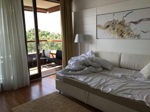 Dnevna soba in udoben balkon z razgledom na morje