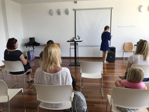 Mama in hči na predavanju o zadnjih trendih ličenja z Martino Razinger (Kompasov družinski klub)