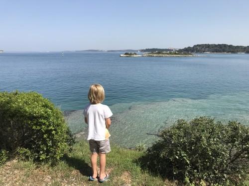 Morje okrog otočka je čudovito