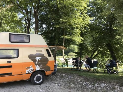 Idilično kampiranje tik ob Soči Balkan Campers)