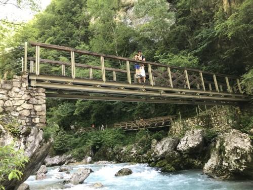 Pot vas vodi čez številne mostove (Tolminska korita)