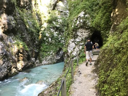 Pot do termalnega izvira vodi čez dva krajša tunela (Tolminska korita)
