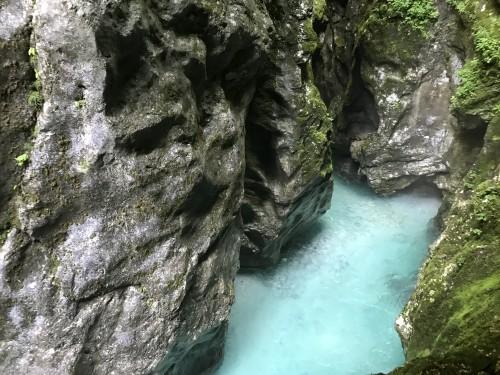 Čudovita igra narave in prekrasna modra voda Tolminke