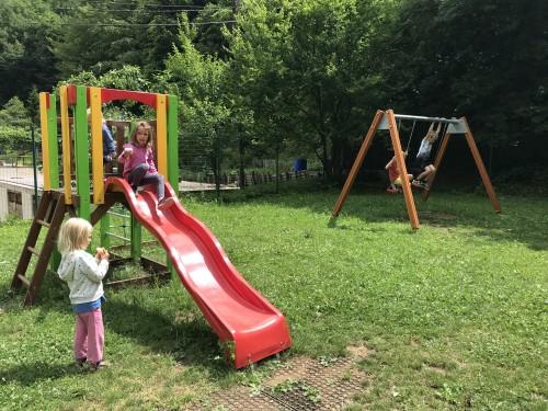 Otroško igrišče ob športnem parku v Kropi, Jamnik