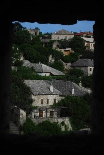 Pogled iz ruševin na pravljične hišice Počitelja,družinski roadtrip po Bosni