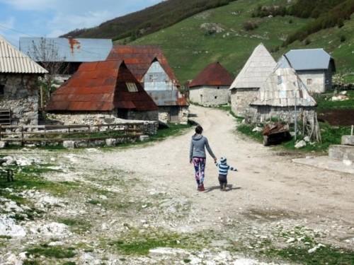 Raziskovanje kamnitih hišk in pozabljenih stezic, družinski roadtrip po Bosni