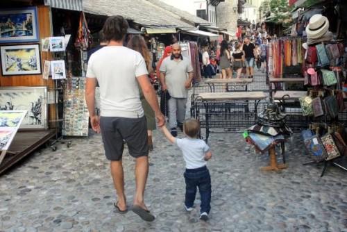 Barvite mostarske ulice vas bodo zagotovo zavedle v nakupovanje,družinski roadtrip po Bosni