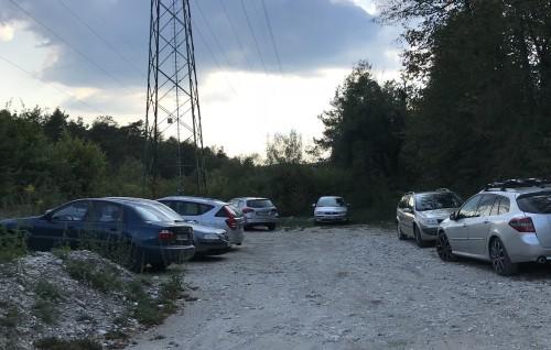 Parkirišče je majhno, lahko pa parkirate pri teniških igriščih