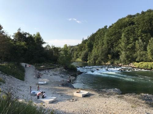 Na bregu so uredili betonske ležalnike in dostop do vode (plaža Sava)