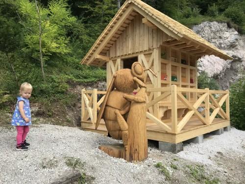 Skulptura čebele ob Čeberalskem domu kot del Polhovega doživljajskega parka