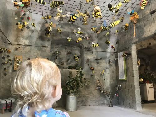 """Čebelje umetnine iz recikliranega materiala ki so """"priletele"""" iz celega sveta na čebelarsko razstavo"""