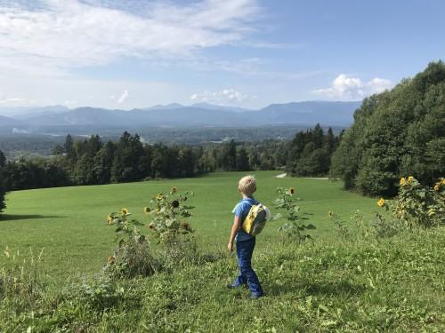 Čudovit razgled na dolino nas preseneti že čisto na začetku poti