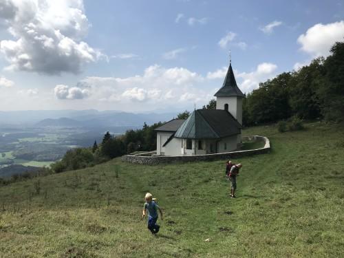 Idiličen pogled na cerkev sv. Lovrenca