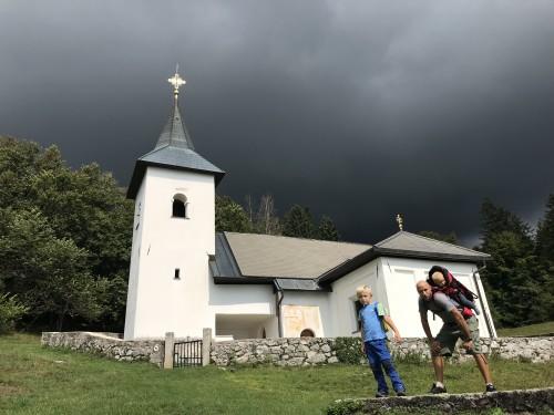 Pogled na nevihtno ozadje, pred spustom v dolino (pot pod Storžičem)