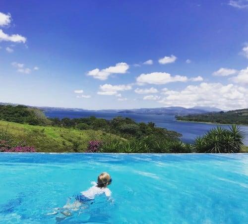 Postanek na dolgi vožnji je mulc izkoristil za osvežitev v bazenu z razgledom na jezero Arenal