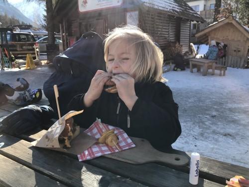 Zaslužen postanek in malica ob smučišču Lačni Kekec, Kranjska Gora)